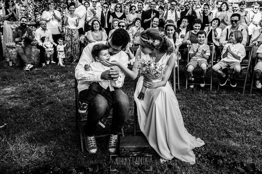 Boda en Hervás y postboda en Trevejo de Sofía y Charly realizada por Johnny García, fotógrafo de bodas en Extremadura, Iago llora en brazos de los novios