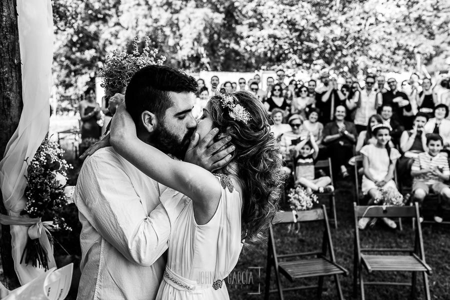 Boda en Hervás y postboda en Trevejo de Sofía y Charly realizada por Johnny García, fotógrafo de bodas en Extremadura, la pareja se besa en su Si, Quiero