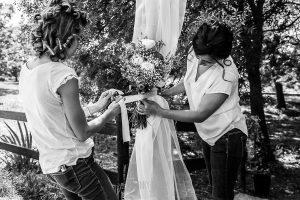 Boda en Hervás y postboda en Trevejo de Sofía y Charly realizada por Johnny García, fotógrafo de bodas en Extremadura, Sofía y su cuñada preparan el altar
