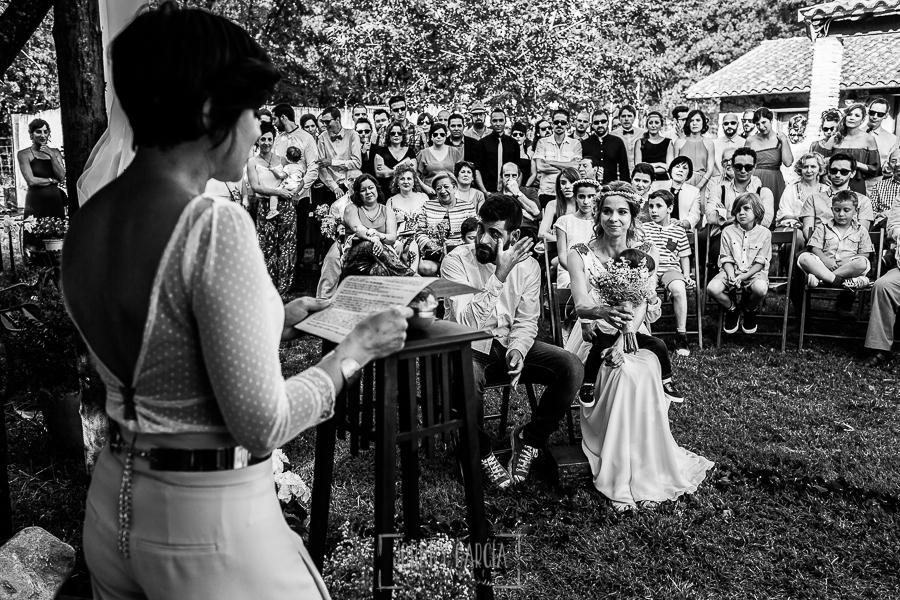 Boda en Hervás y postboda en Trevejo de Sofía y Charly realizada por Johnny García, fotógrafo de bodas en Extremadura, la hermana de la novia lee durante la ceremonia