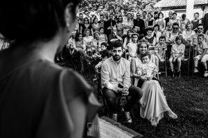 Boda en Hervás y postboda en Trevejo de Sofía y Charly realizada por Johnny García, fotógrafo de bodas en Extremadura, los novios escuchan una dedicatoria de una amiga