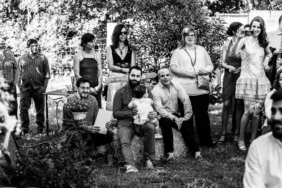 Boda en Hervás y postboda en Trevejo de Sofía y Charly realizada por Johnny García, fotógrafo de bodas en Extremadura, invitados escuchando la ceremonia