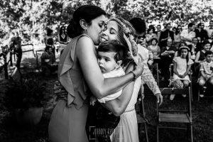 Boda en Hervás y postboda en Trevejo de Sofía y Charly realizada por Johnny García, fotógrafo de bodas en Extremadura, la novia abraza a una amiga
