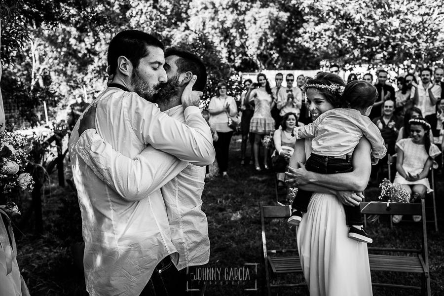 Boda en Hervás y postboda en Trevejo de Sofía y Charly realizada por Johnny García, fotógrafo de bodas en Extremadura, el novio abraza a un amigo que ha realizado una lectura en la ceremonia