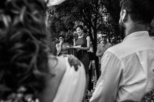 Boda en Hervás y postboda en Trevejo de Sofía y Charly realizada por Johnny García, fotógrafo de bodas en Extremadura, una amiga de los novios habla durante la ceremonia