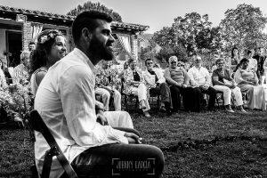 Boda en Hervás y postboda en Trevejo de Sofía y Charly realizada por Johnny García, fotógrafo de bodas en Extremadura, vista de parte de los invitados detrás de los novios