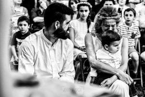 Boda en Hervás y postboda en Trevejo de Sofía y Charly realizada por Johnny García, fotógrafo de bodas en Extremadura, los novios emocionados al escuchar una lectura