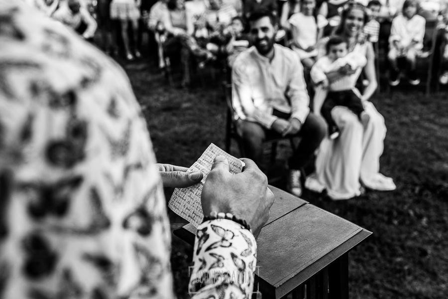 Boda en Hervás y postboda en Trevejo de Sofía y Charly realizada por Johnny García, fotógrafo de bodas en Extremadura, detalle del papel donde un invitado tiene apuntada su lectura