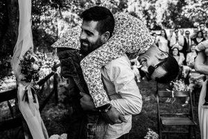 Boda en Hervás y postboda en Trevejo de Sofía y Charly realizada por Johnny García, fotógrafo de bodas en Extremadura, el novio levanta en brazos a un amigo