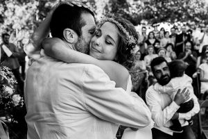 Boda en Hervás y postboda en Trevejo de Sofía y Charly realizada por Johnny García, fotógrafo de bodas en Extremadura, la novia abraza a su padre