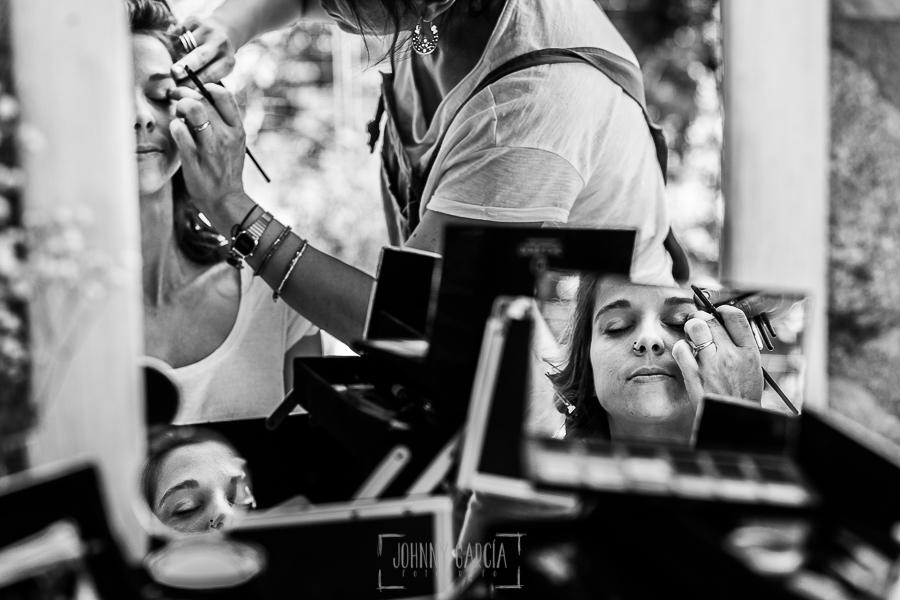 Boda en Hervás y postboda en Trevejo de Sofía y Charly realizada por Johnny García, fotógrafo de bodas en Extremadura, Sofía en la sesión de maquillaje reflejada en tres espejos