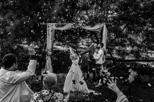 Boda en Hervás y postboda en Trevejo de Sofía y Charly realizada por Johnny García, fotógrafo de bodas en Extremadura, los invitados tiran arroz y pétalos a los recién casados