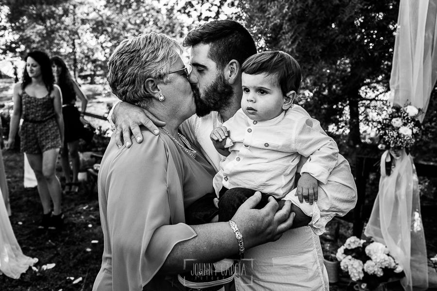 Boda en Hervás y postboda en Trevejo de Sofía y Charly realizada por Johnny García, fotógrafo de bodas en Extremadura, el novio besa a su madre