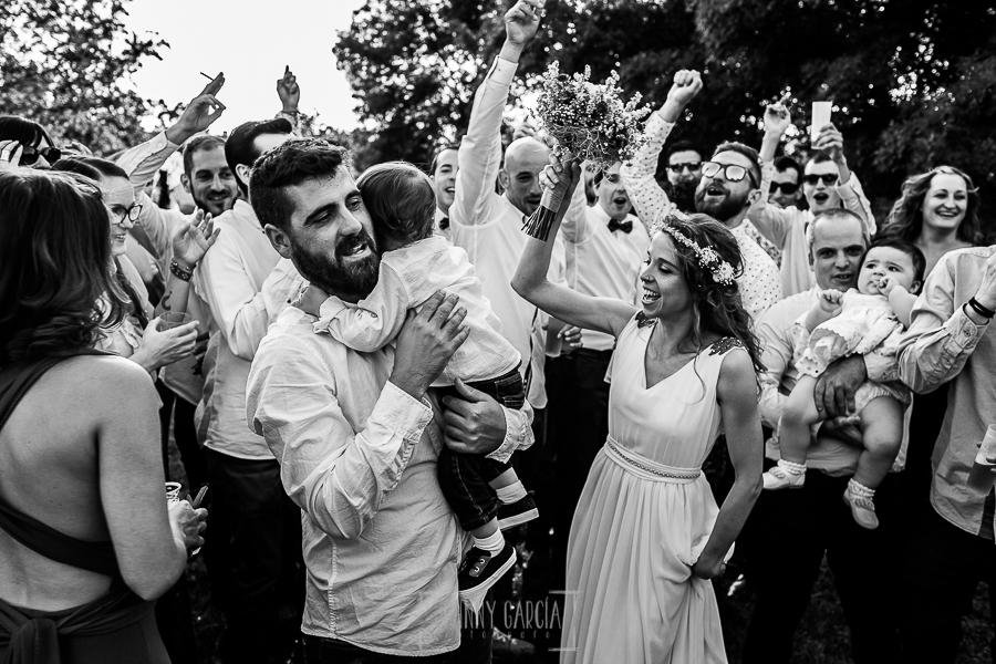 Boda en Hervás y postboda en Trevejo de Sofía y Charly realizada por Johnny García, fotógrafo de bodas en Extremadura, los novios junto a sus amigos bailando