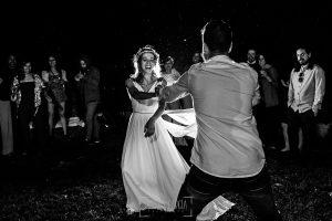 Boda en Hervás y postboda en Trevejo de Sofía y Charly realizada por Johnny García, fotógrafo de bodas en Extremadura, los novios inician el baile nupcial