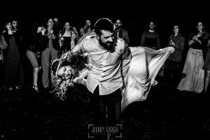 Boda en Hervás y postboda en Trevejo de Sofía y Charly realizada por Johnny García, fotógrafo de bodas en Extremadura, la pareja baila delante de sus invitados
