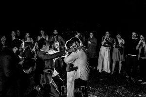 Boda en Hervás y postboda en Trevejo de Sofía y Charly realizada por Johnny García, fotógrafo de bodas en Extremadura, final del baile donde los amigos se acercan para abrazar a la pareja