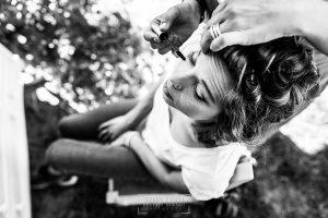 Boda en Hervás y postboda en Trevejo de Sofía y Charly realizada por Johnny García, fotógrafo de bodas en Extremadura, la novia maquillandose