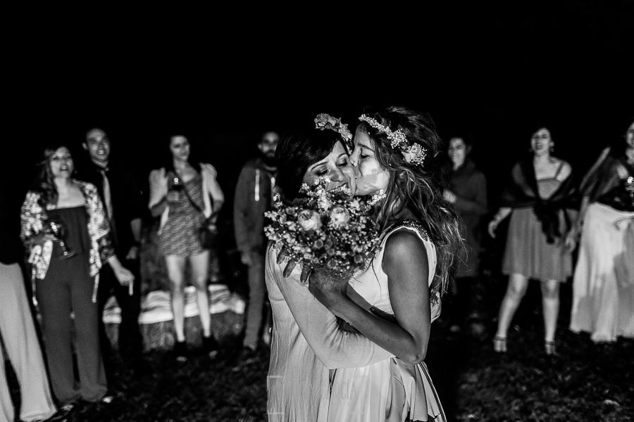 Boda en Hervás y postboda en Trevejo de Sofía y Charly realizada por Johnny García, fotógrafo de bodas en Extremadura, la novia entrega el ramo a su hermna