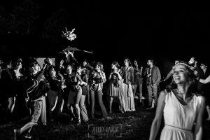 Boda en Hervás y postboda en Trevejo de Sofía y Charly realizada por Johnny García, fotógrafo de bodas en Extremadura, la novia lanza otro ramo a las solteras