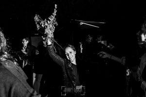 Boda en Hervás y postboda en Trevejo de Sofía y Charly realizada por Johnny García, fotógrafo de bodas en Extremadura, la invitada que ha recogido el ramo de la novia