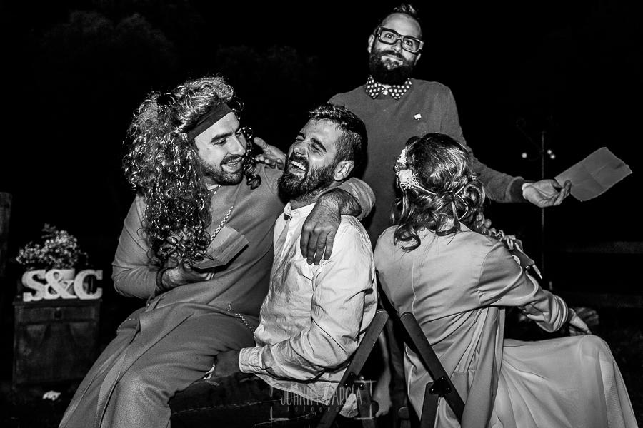 Boda en Hervás y postboda en Trevejo de Sofía y Charly realizada por Johnny García, fotógrafo de bodas en Extremadura, los invitados preparan unos juegos para la pareja de recién casados