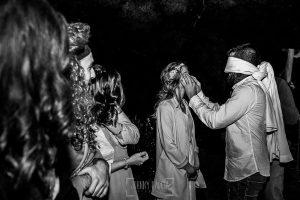 Boda en Hervás y postboda en Trevejo de Sofía y Charly realizada por Johnny García, fotógrafo de bodas en Extremadura, la pareja en uno de los juegos
