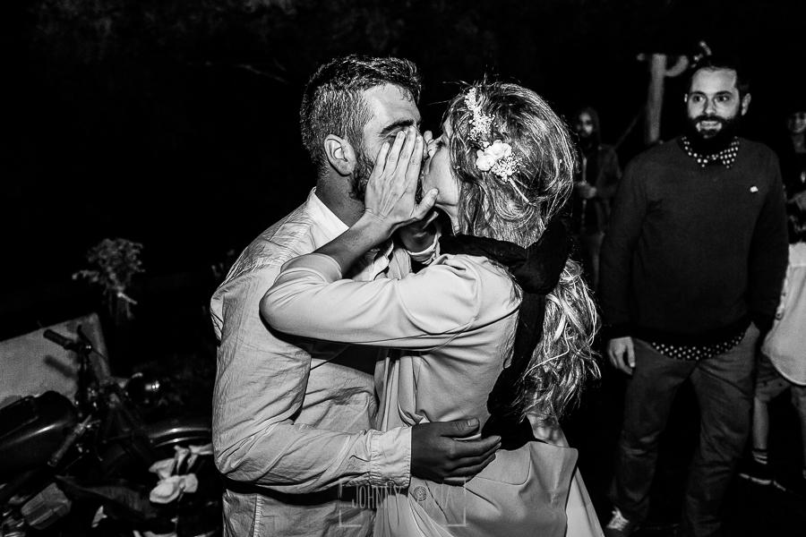 Boda en Hervás y postboda en Trevejo de Sofía y Charly realizada por Johnny García, fotógrafo de bodas en Extremadura, Sofía y Charly se besan