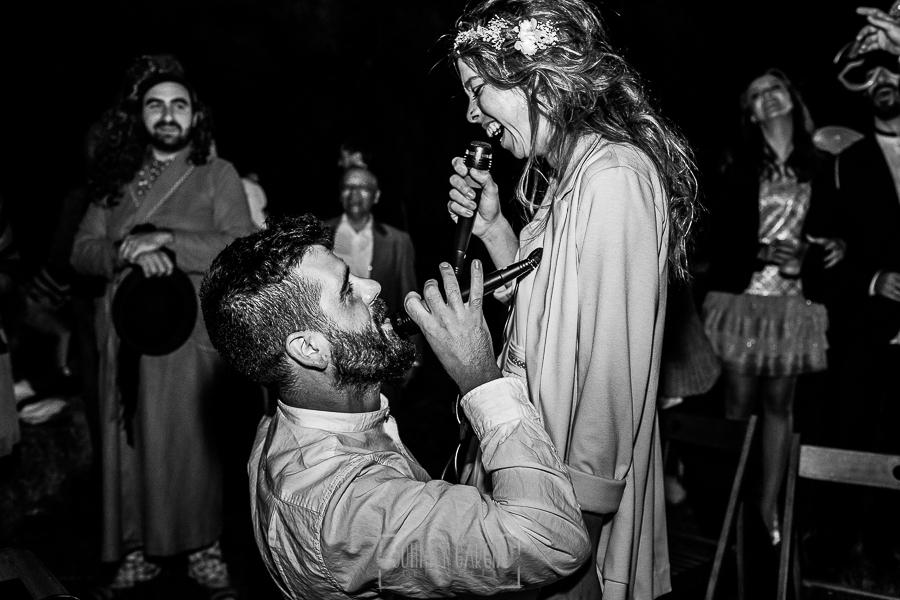 Boda en Hervás y postboda en Trevejo de Sofía y Charly realizada por Johnny García, fotógrafo de bodas en Extremadura, los novios cantan junto a sus invitados