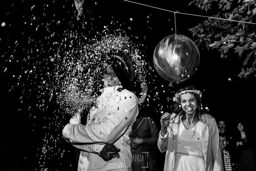 Boda en Hervás y postboda en Trevejo de Sofía y Charly realizada por Johnny García, fotógrafo de bodas en Extremadura, el novio explota un globo en uno de los juegos