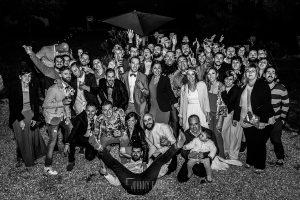 Boda en Hervás y postboda en Trevejo de Sofía y Charly realizada por Johnny García, fotógrafo de bodas en Extremadura, foto de grupo de los invitados con los novios