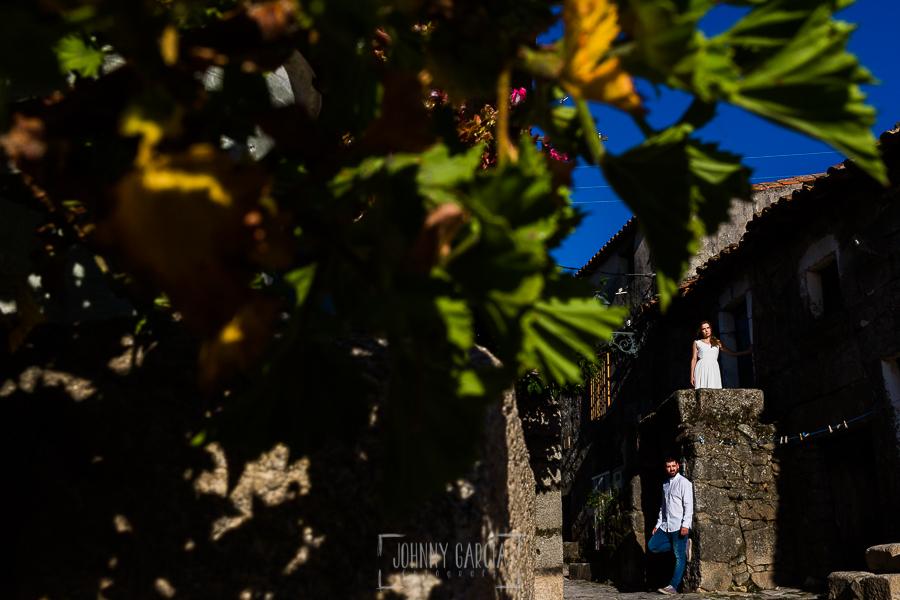 Boda en Hervás y postboda en Trevejo de Sofía y Charly realizada por Johnny García, fotógrafo de bodas en Extremadura, retrato de postboda en Trevejo