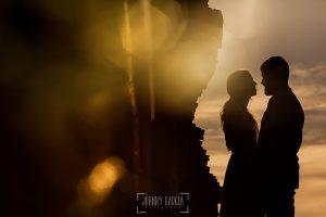 Boda en Hervás y postboda en Trevejo de Sofía y Charly realizada por Johnny García, fotógrafo de bodas en Extremadura, retrato de los novios a contraluz