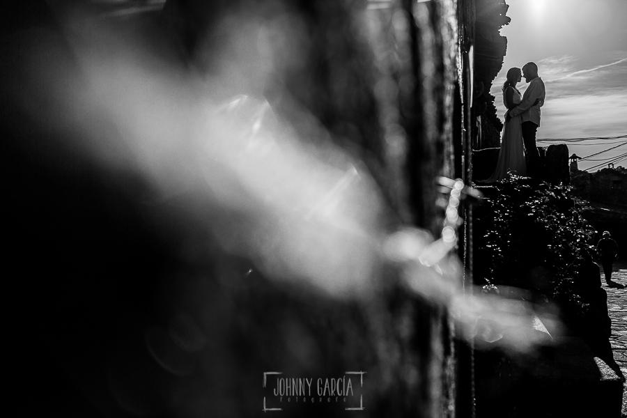Boda en Hervás y postboda en Trevejo de Sofía y Charly realizada por Johnny García, fotógrafo de bodas en Extremadura, retrato en blanco y negro de los novios a contraluz