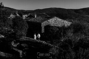 Boda en Hervás y postboda en Trevejo de Sofía y Charly realizada por Johnny García, fotógrafo de bodas en Extremadura, los novios paseando por las calles de Trevejo