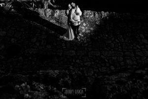 Boda en Hervás y postboda en Trevejo de Sofía y Charly realizada por Johnny García, fotógrafo de bodas en Extremadura, un retrato de los recién casados