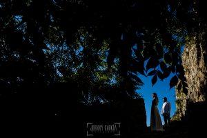 Boda en Hervás y postboda en Trevejo de Sofía y Charly realizada por Johnny García, fotógrafo de bodas en Extremadura, los novios en una calle de Trevejo