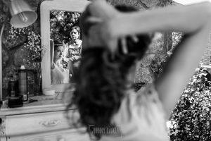 Boda en Hervás y postboda en Trevejo de Sofía y Charly realizada por Johnny García, fotógrafo de bodas en Extremadura, la novia en la sesión de peluquería