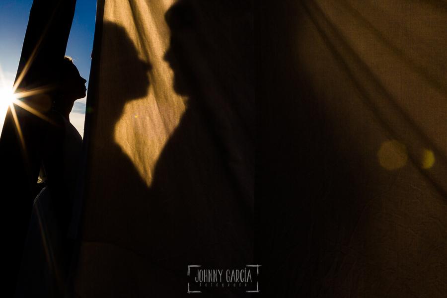 Boda en Hervás y postboda en Trevejo de Sofía y Charly realizada por Johnny García, fotógrafo de bodas en Extremadura, una fotografía de la sombra de los novios