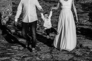 Boda en Hervás y postboda en Trevejo de Sofía y Charly realizada por Johnny García, fotógrafo de bodas en Extremadura, Iago salta ayudado por sus padres