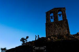 Boda en Hervás y postboda en Trevejo de Sofía y Charly realizada por Johnny García, fotógrafo de bodas en Extremadura, un contra de los nios con la torre de la iglesia de Trevejo