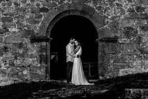 Boda en Hervás y postboda en Trevejo de Sofía y Charly realizada por Johnny García, fotógrafo de bodas en Extremadura, retrato de la pareja en la puerta de la iglesia de Trevejo