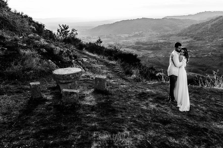 Boda en Hervás y postboda en Trevejo de Sofía y Charly realizada por Johnny García, fotógrafo de bodas en Extremadura, la pareja se abraza al lado de la iglesia