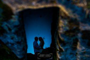 Boda en Hervás y postboda en Trevejo de Sofía y Charly realizada por Johnny García, fotógrafo de bodas en Extremadura, un reflejo de los novios en una tumba de Trevejo