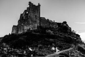 Boda en Hervás y postboda en Trevejo de Sofía y Charly realizada por Johnny García, fotógrafo de bodas en Extremadura, los novios bajan corriendo del castillo de Trevejo