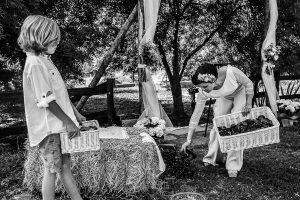 Boda en Hervás y postboda en Trevejo de Sofía y Charly realizada por Johnny García, fotógrafo de bodas en Extremadura, La cuñada y el sobrino preparando el altar