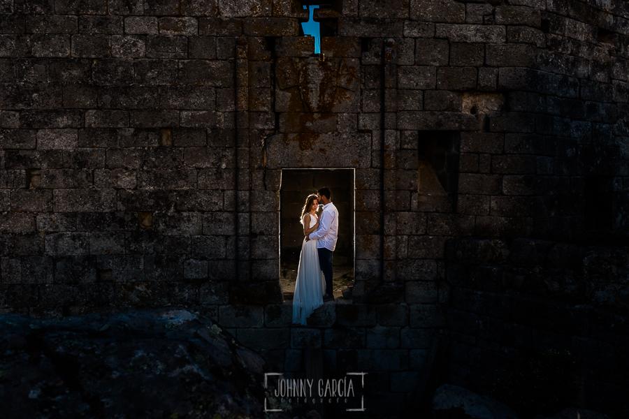 Boda en Hervás y postboda en Trevejo de Sofía y Charly realizada por Johnny García, fotógrafo de bodas en Extremadura, la pareja en una ventana del castillo