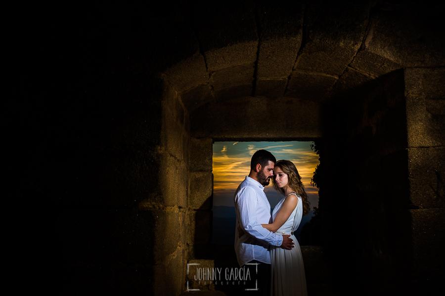 Boda en Hervás y postboda en Trevejo de Sofía y Charly realizada por Johnny García, fotógrafo de bodas en Extremadura, los novios en el interior del castillo