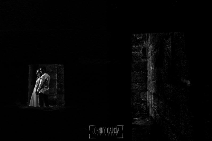 Boda en Hervás y postboda en Trevejo de Sofía y Charly realizada por Johnny García, fotógrafo de bodas en Extremadura, la pareja en las estancias del castillo