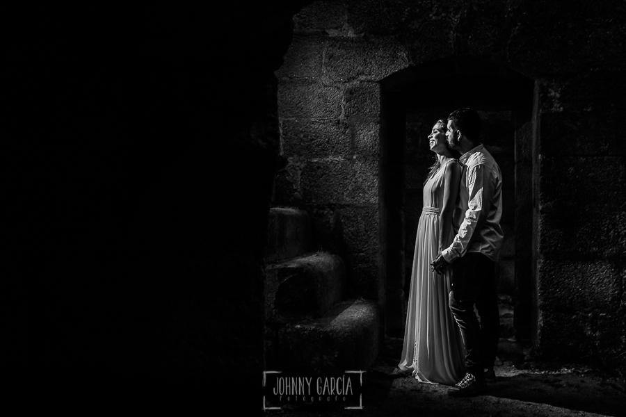 Boda en Hervás y postboda en Trevejo de Sofía y Charly realizada por Johnny García, fotógrafo de bodas en Extremadura, Sofía y Charly dentro del castillo en la sesión de postboda